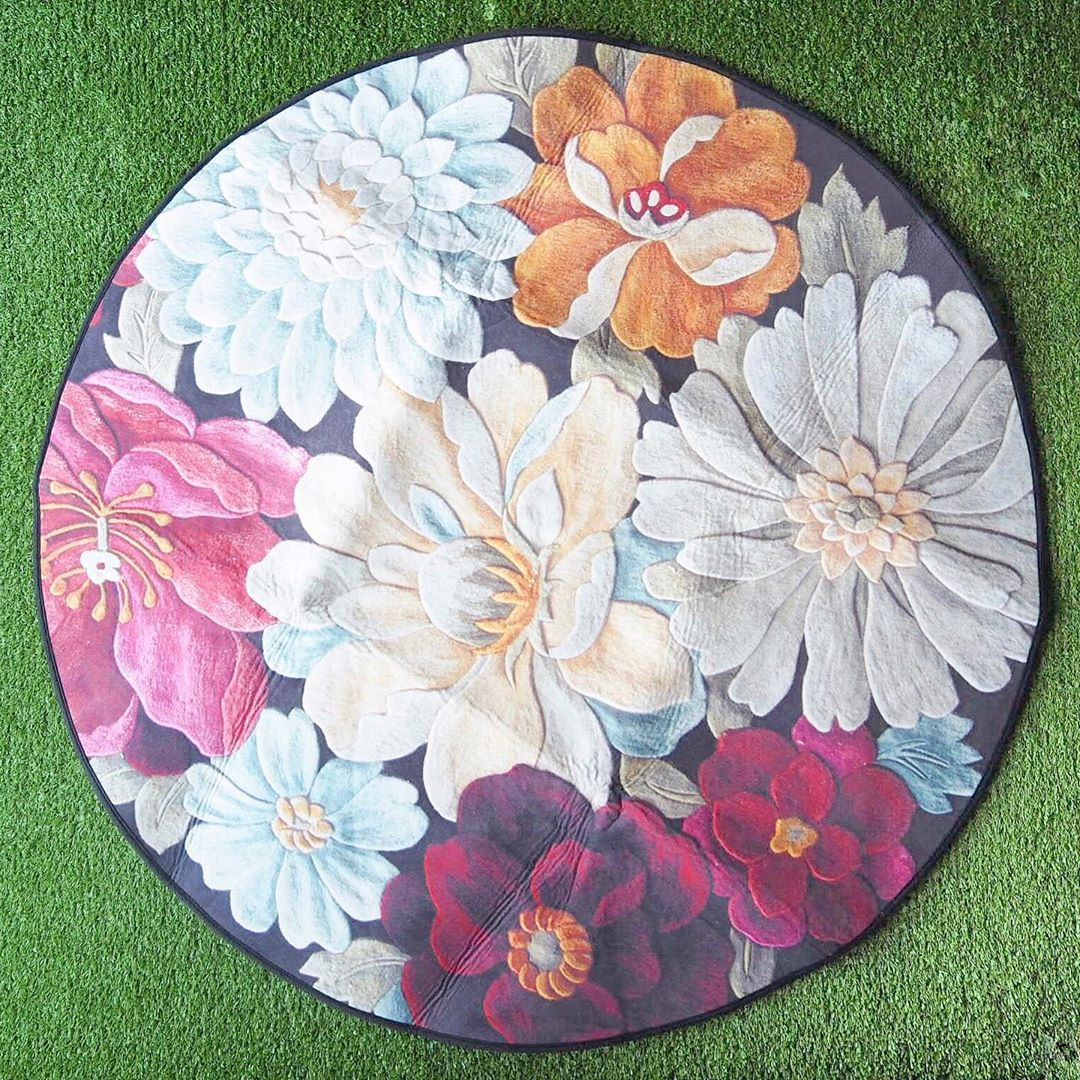 Fresh Friday Blooms✨🌹 ⚜️ Non Slip Round Carpet, Available on our website now! (Link in Bio)