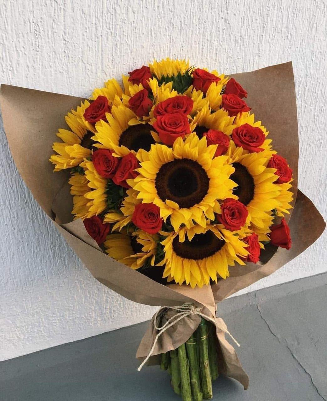 Imagem Descoberto Por Reham Descubra E Salve Suas Proprias Imagens E Videos No We Hea In 2020 Sunflowers And Roses Beautiful Flower Arrangements Luxury Flowers