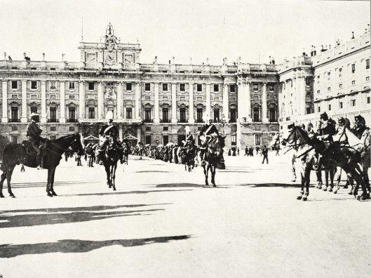Escolta Real de Su Majestad el Rey Alfonso XIII al salir del palacio