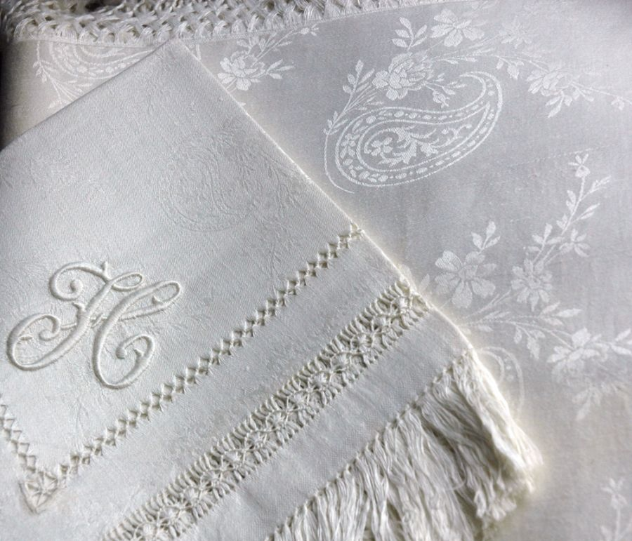 Superb Unused 19th Century Antique White Linen Damask Fringed Tablecloth  And Dozen Napkins Embroidered With Monograms