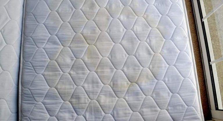 Verfarbungen Oder Flecken Auf Der Matratze Mit Diesen 3 Zutaten Wirst Du Sie Direkt Los Tipps Fur Die Hausreinigung Reinigungstipps Matratze