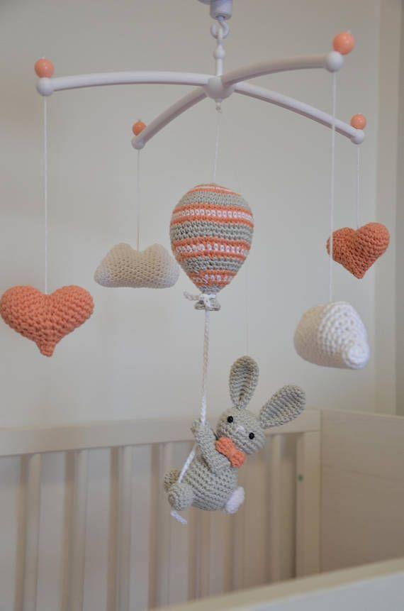 Handarbeit gehäkelt Baby mobil - Hase auf dem gestreiften Ballon, Herz Baby mobil, Hase in Sicht, #musicdecor