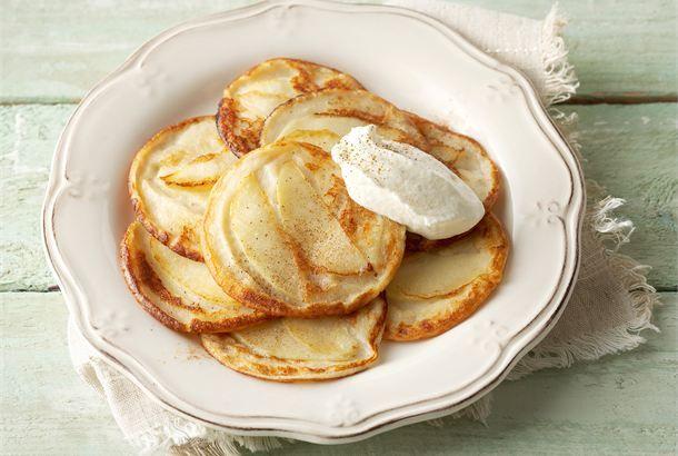 Omena-rahkaletut ✦ Tavallisten lettujen sijaan omena-rahkaletut saavat makua omenasta ja kanelista. http://www.valio.fi/reseptit/omena-rahkaletut/