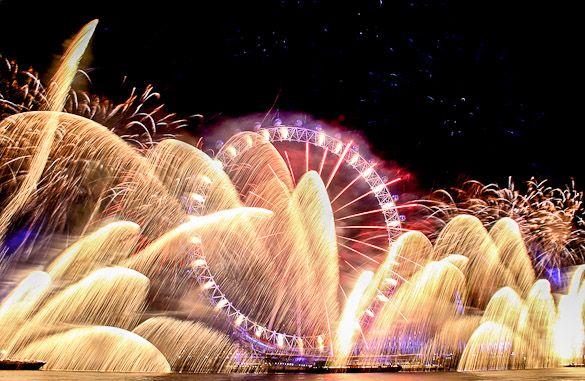 New Year S Eve Fireworks Illuminating The Sky In London At The London Eye New Year S Eve Around The World London Fireworks London Holiday