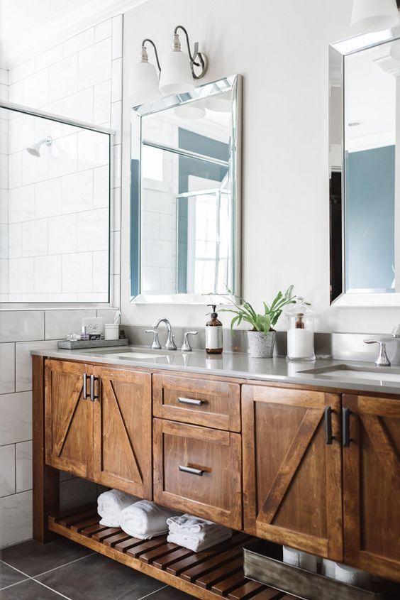 Warm gebeizt Bad Schrank und ein offenes Regal darunter Badezimmer