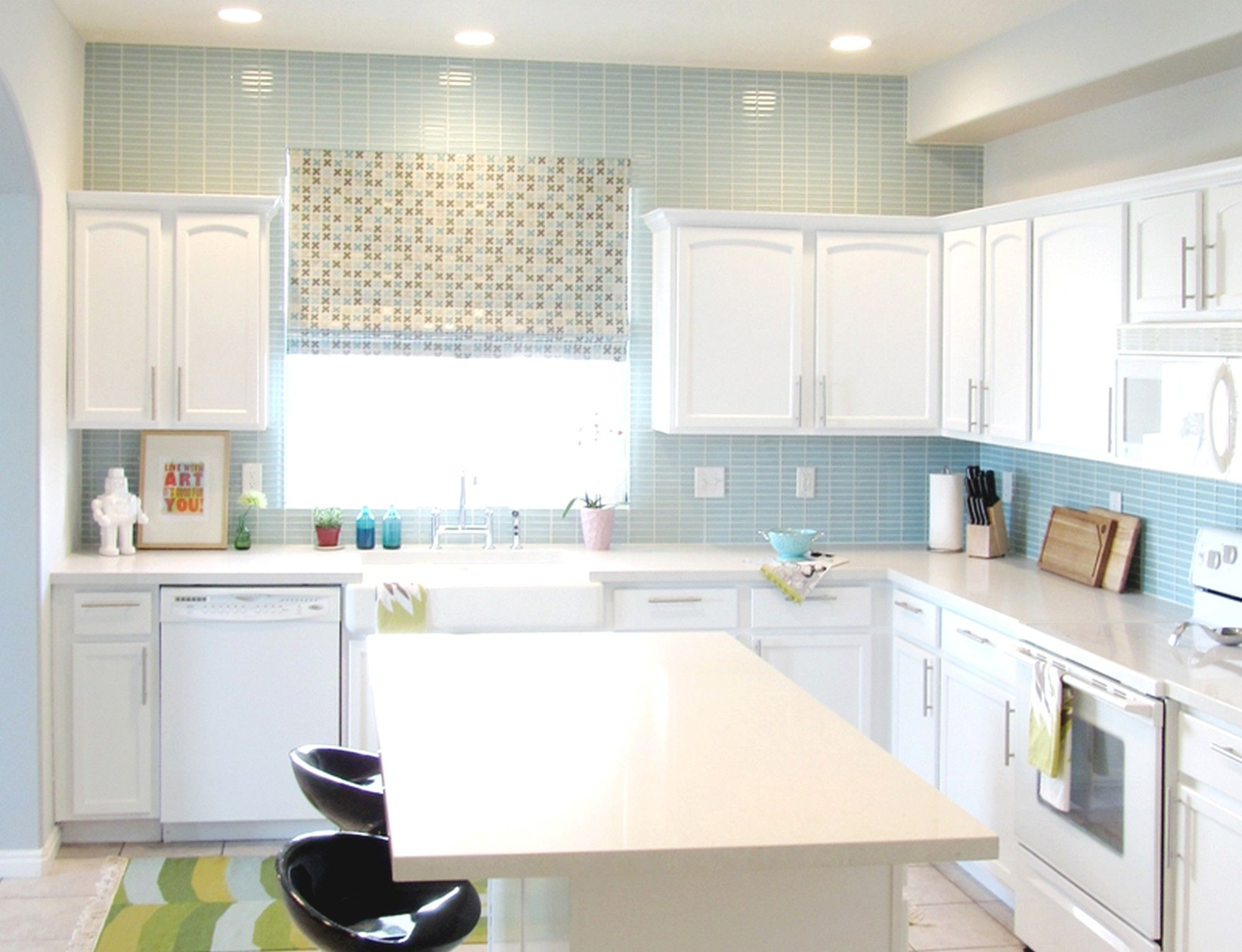 White Kitchen With Blue Tile Backsplash   Blaue küchenfliesen ...