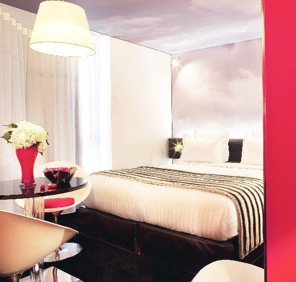 "(@hotelspreference) sur Instagram: ""Love this cozy pink bedroom in Paris ! 💕😊 #city #romantic #pink #bedroom #hotel #deco #flower…"""
