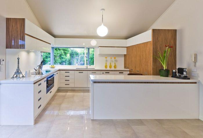 1-cuisines-blanches-avec-carrelage-beige-meubles-bancs-et-plafond - peinture plafond mat ou brillant