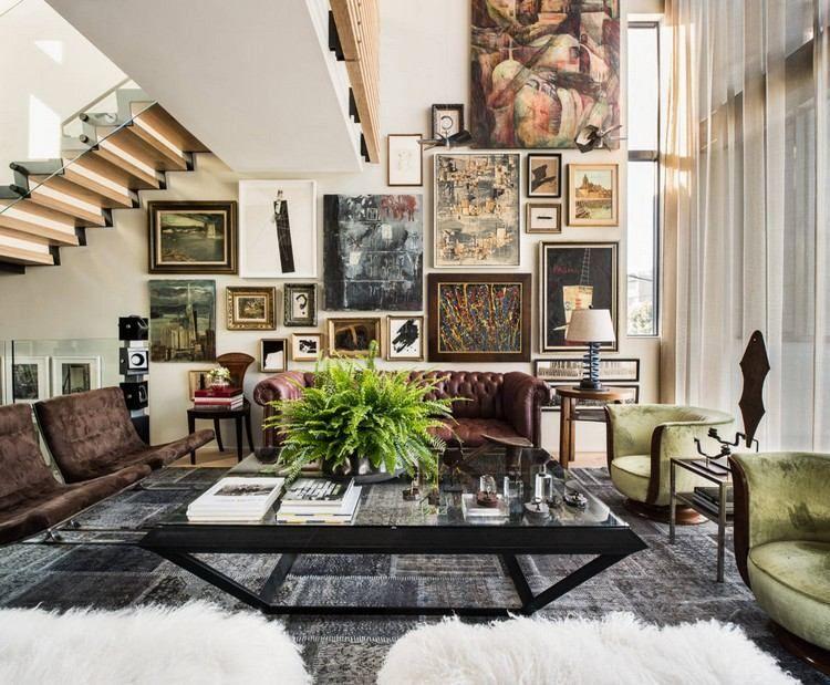 idée déco salon cosy avec tapis noir, tableaux décoratifs, fauteuils ...