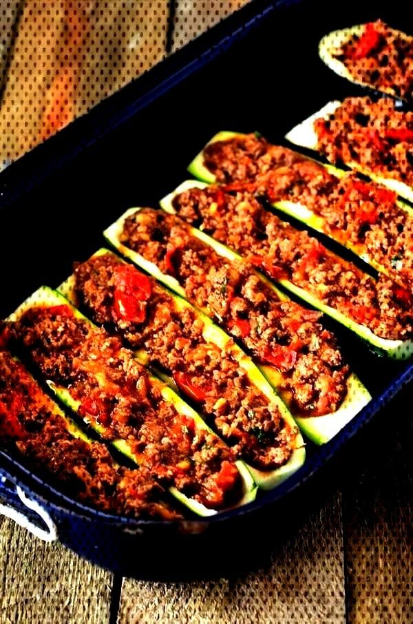 with mince from the oven - low carb, high protein - a pinch of delicious -  Courgette boats with mi