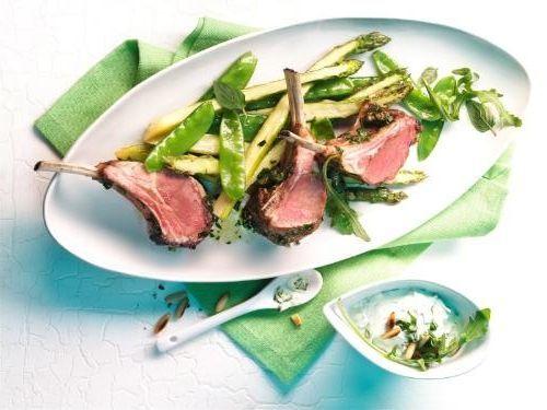 Gegrillte Lammkrone mit Kräuterpaste  und gebratenem grünen Spargel #lamm #lamb #asparagus #spargel