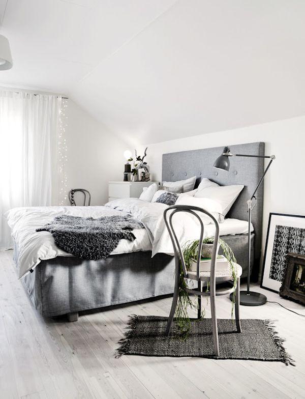 scandinavische slaapkamer grijs bed met hoofdbord vloerlamp stoel en diverse woonaccessoires slaapkamer scandinavisch grijs bedroom scandinavian
