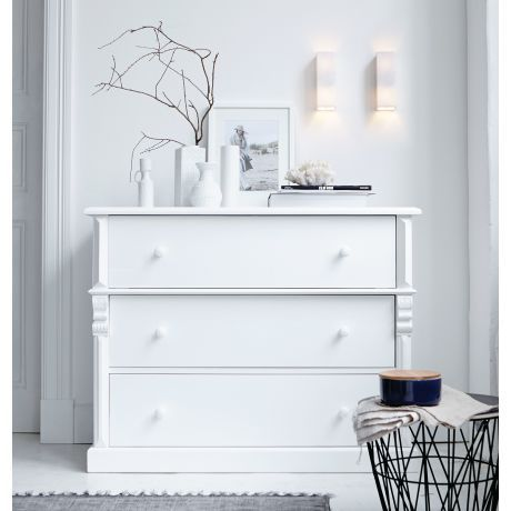 charmanter solit r im klassischen country style mit stilvoll geschnitzten verzierungen das. Black Bedroom Furniture Sets. Home Design Ideas