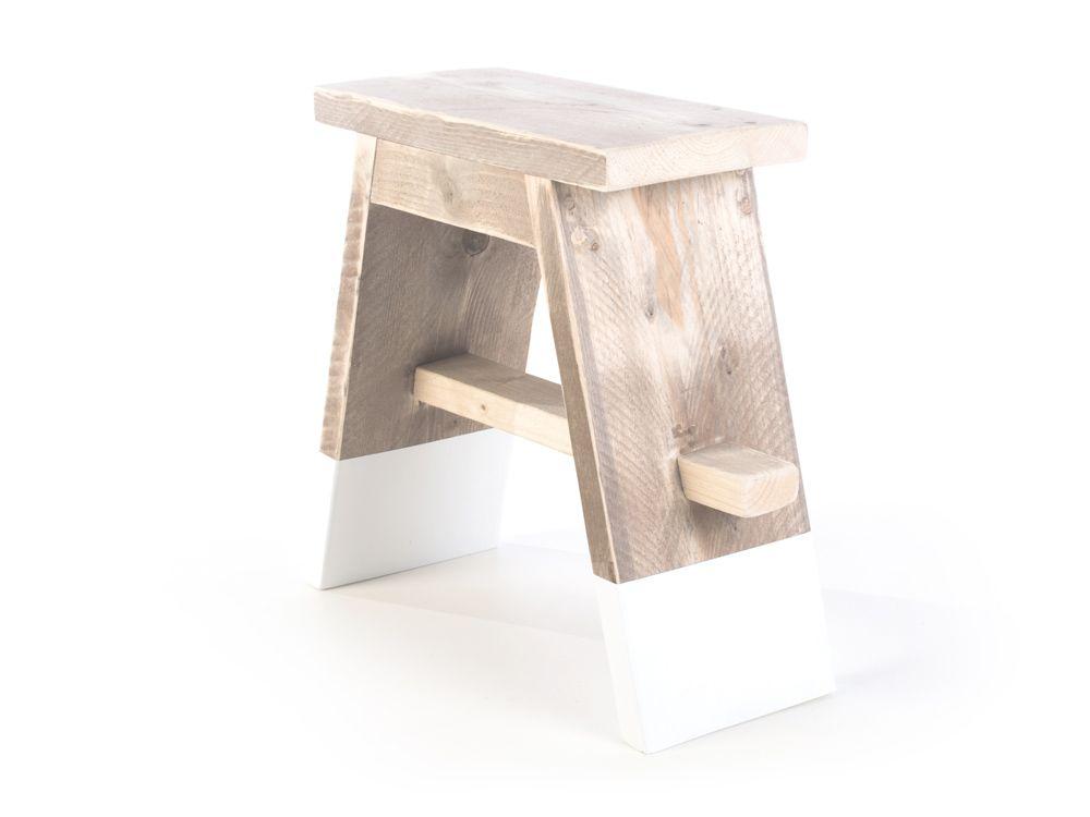 Steigerhouten krukje dip wit is een smalle kruk met witte voetjes. Goed te gebruiken aan de tafel, bureau, in scholen of winkels.