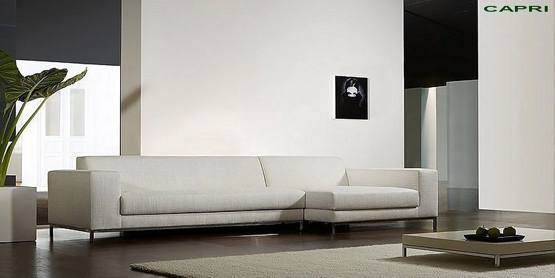 Divano angolare moderno con chaise-long con basamento in acciaio ...