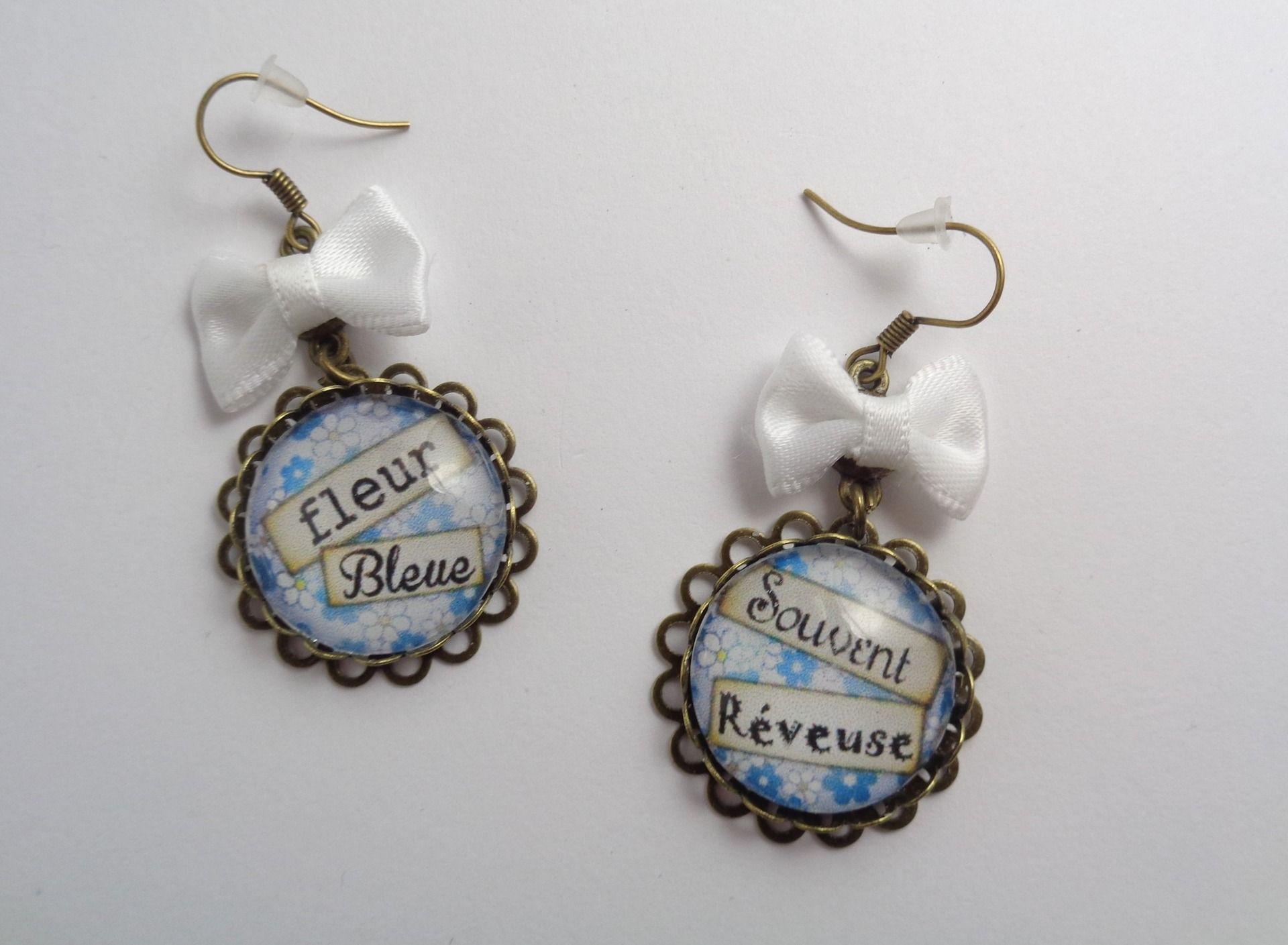 """Boucles d'oreilles cabochon dentelle """"Fleur bleue"""" et ses petits noeud blancs : Boucles d'oreille par annahe-creation"""