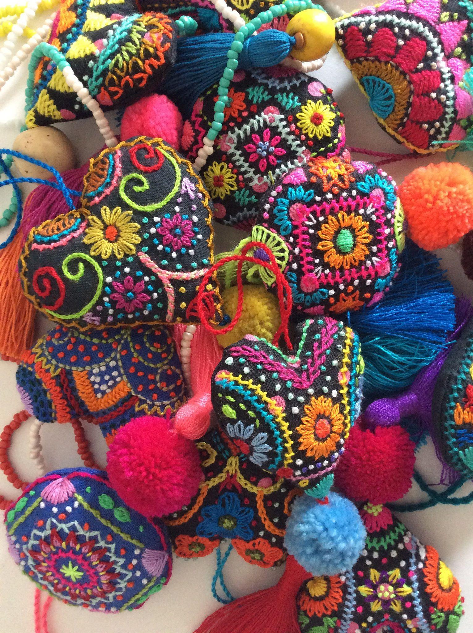 2539466bd Corazón bordado   Corazón de tela, corazón bordado // Embroidered ...