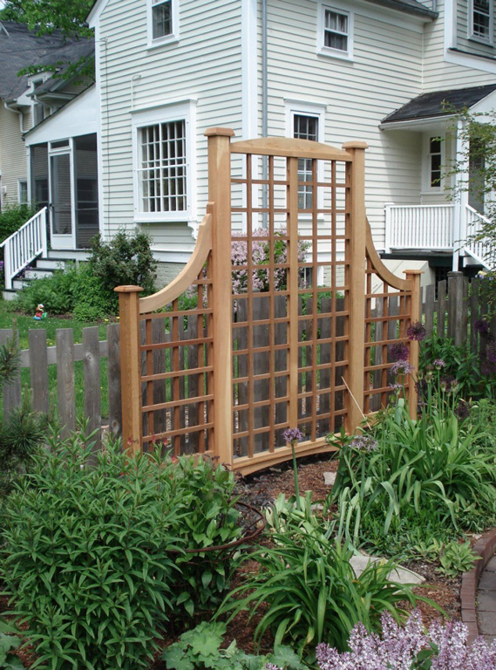 Here\'s a decorative lattice garden screen. | Ideas for the yard ...