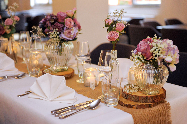 Liebevoll Dekoriert Lets Get Married Hochzeitstafel Dekorieren Rustikal