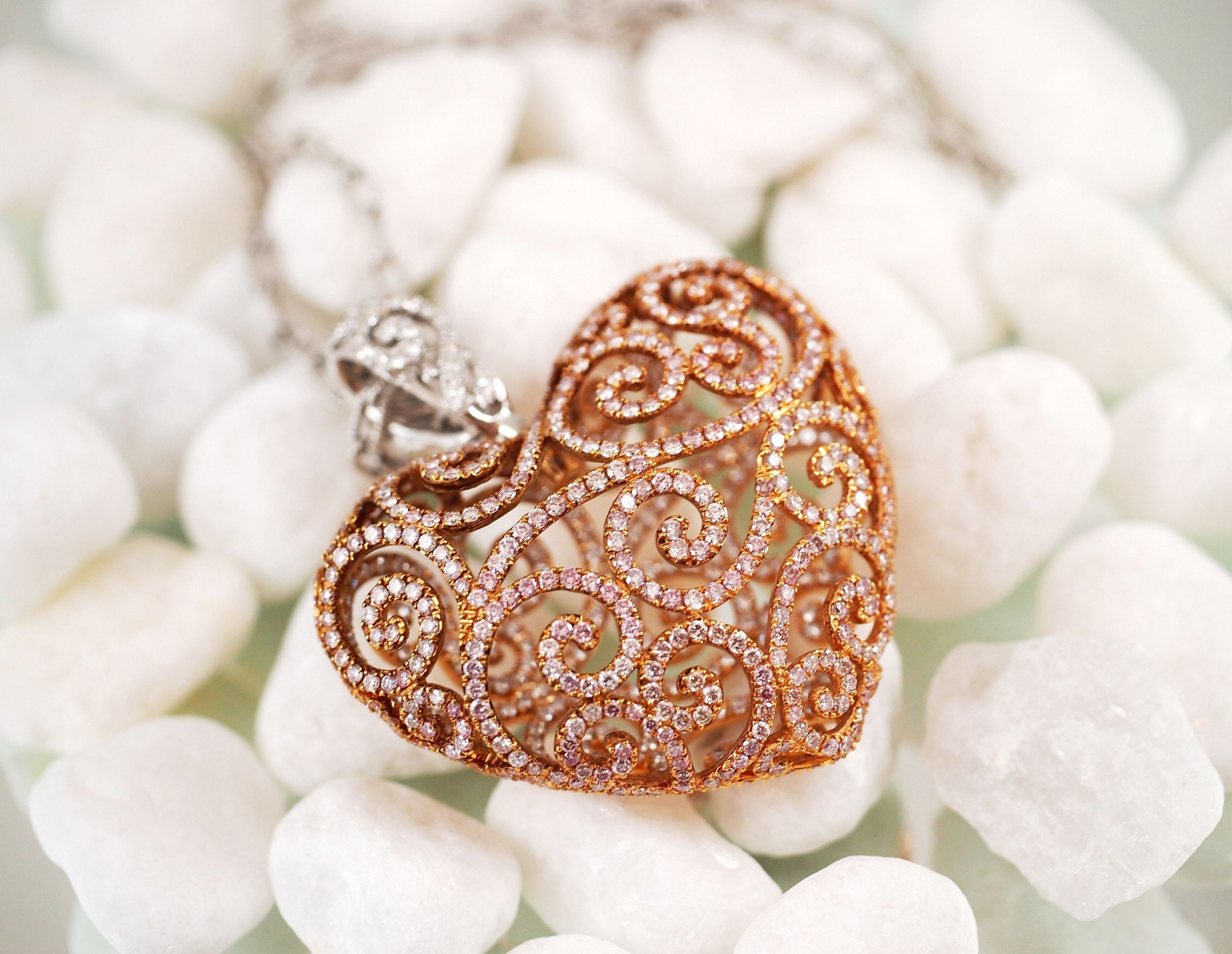 Jamienicole kt gold lace heart pendant set with ct of round