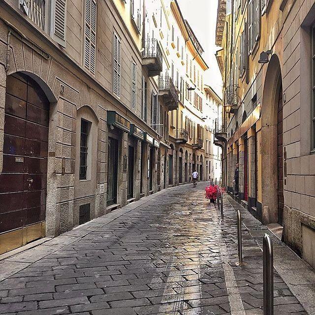 美しい町並みを写したマンダリン オリエンタル ミラノの投稿です。Repost from @mo_milan . the touristic hustle of #PiazzaDuomo behind and wander the alleys of historic Milan, the #5viedistrict is now home of amazing art and design!  #DestinationMO #visitMilano #igersmilano #bellaMilano #discoverMilano #cinquevie #stradeinlombardia #inLombardia ™@mo_milan