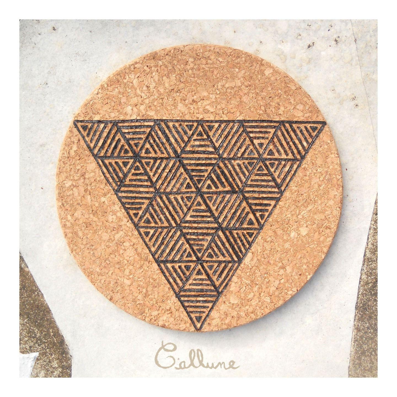 Dessous de plat rond liège pyrogravure motif triangles géométriques