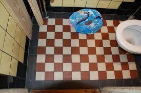 Gele Vloertegels Badkamer : Geblokte vloer dambord tegelvloer zwart omrand gele wandtegels