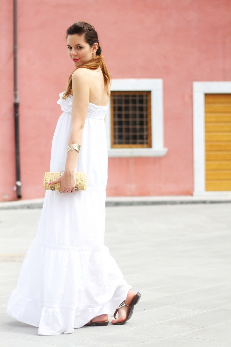 Long white dress and straw bag fashion blogger style by irene colzi