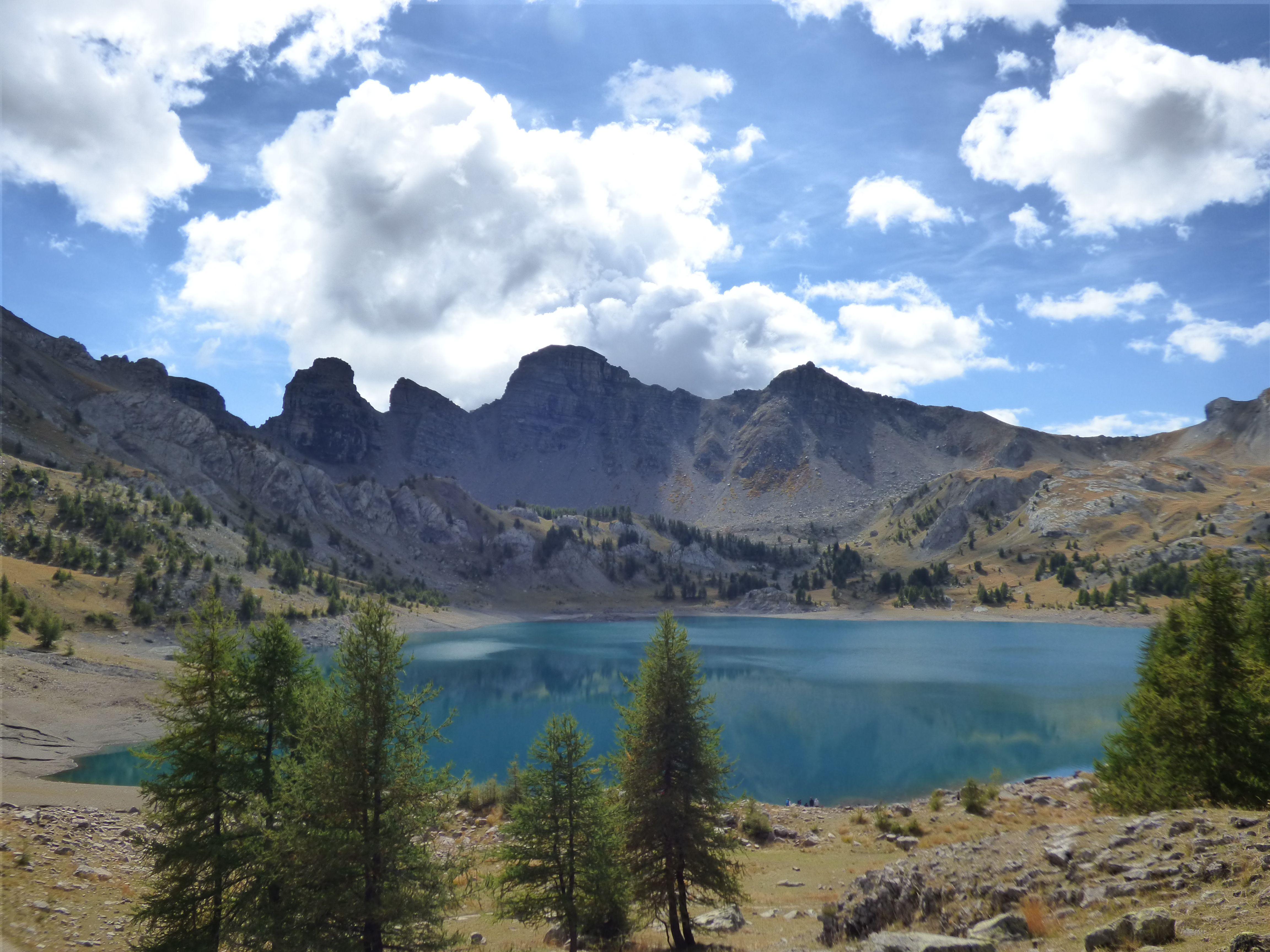 Le lac d'Allos, aux premiers jours de l'automne, dans le parc national du Mercantour  #lacdallos #mercantour