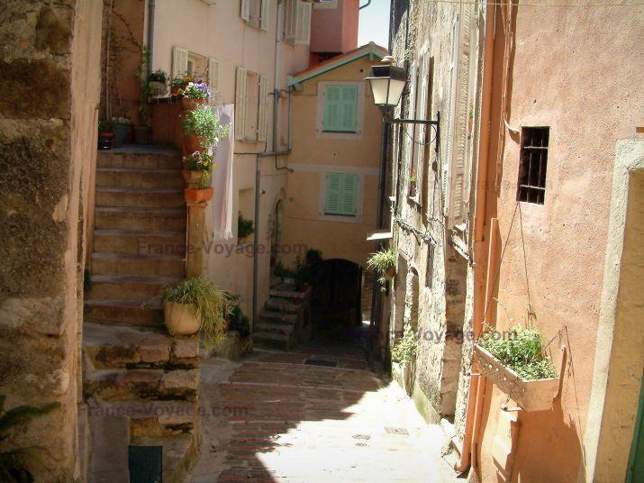 Roquebrune-Cap-Martin: Ruelle et ses maisons aux façades ...
