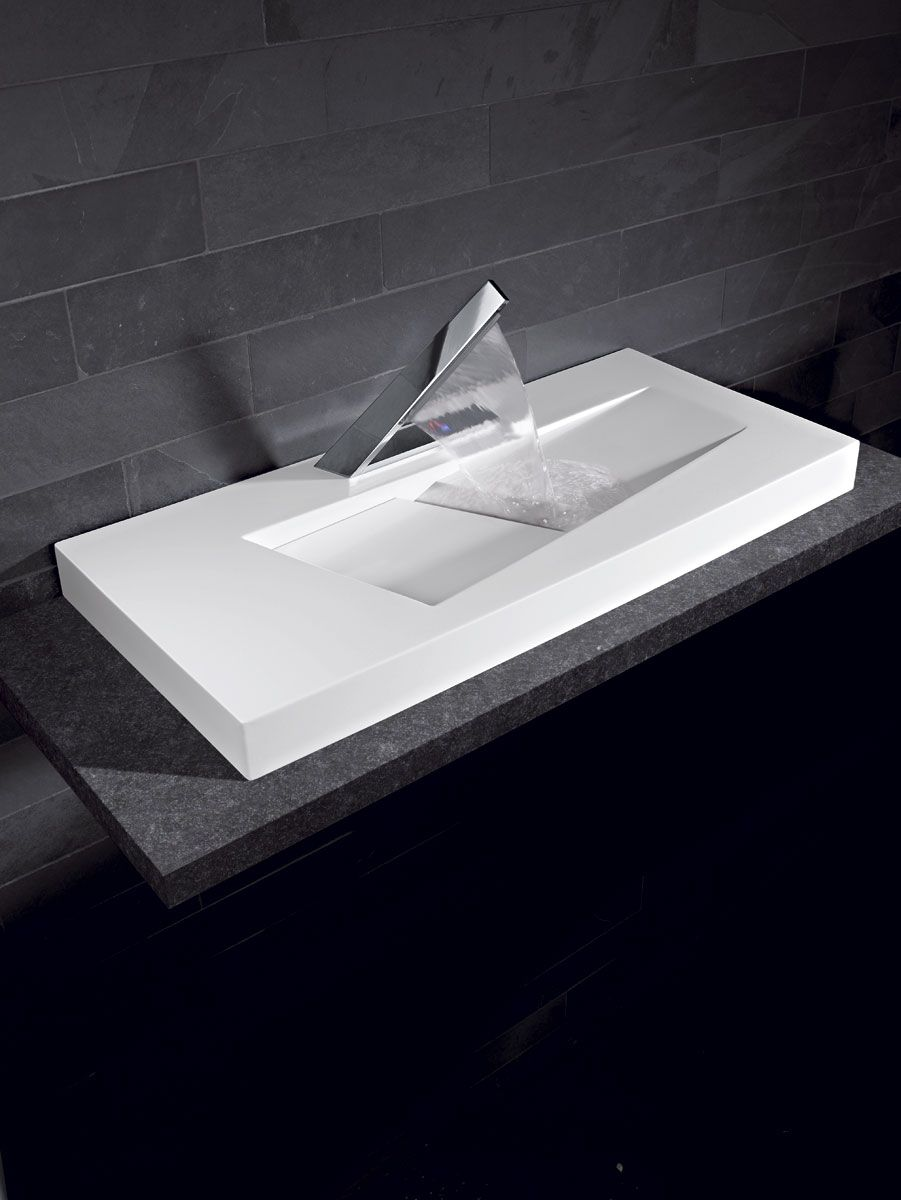 une vasque futuriste avec un robinet cascade du plus bel effet vasques lavabos pinterest. Black Bedroom Furniture Sets. Home Design Ideas