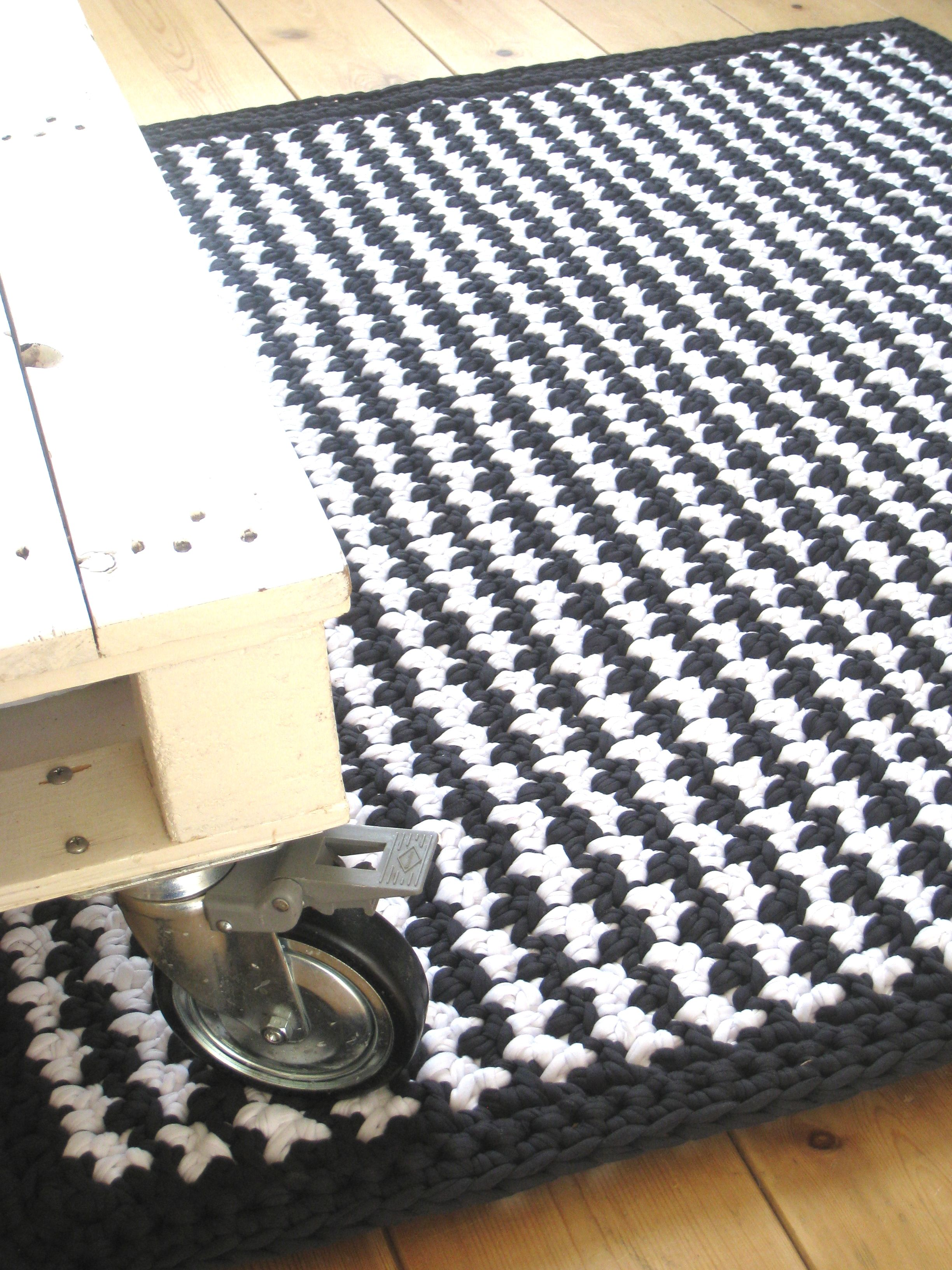 Crochet rug \'Houndstooth\'. Pattern available at www ...