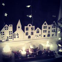 Janela decorada para o Natal com luzes e cidade recortada em papel ofício.  Fica encantador! Fiz na minha janela e deu o que falar!!!
