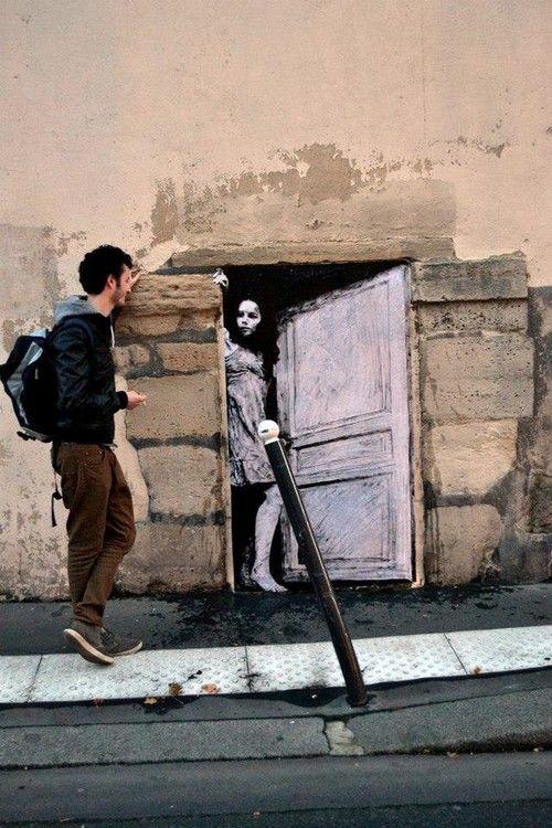 Graffiti niña en su puerta