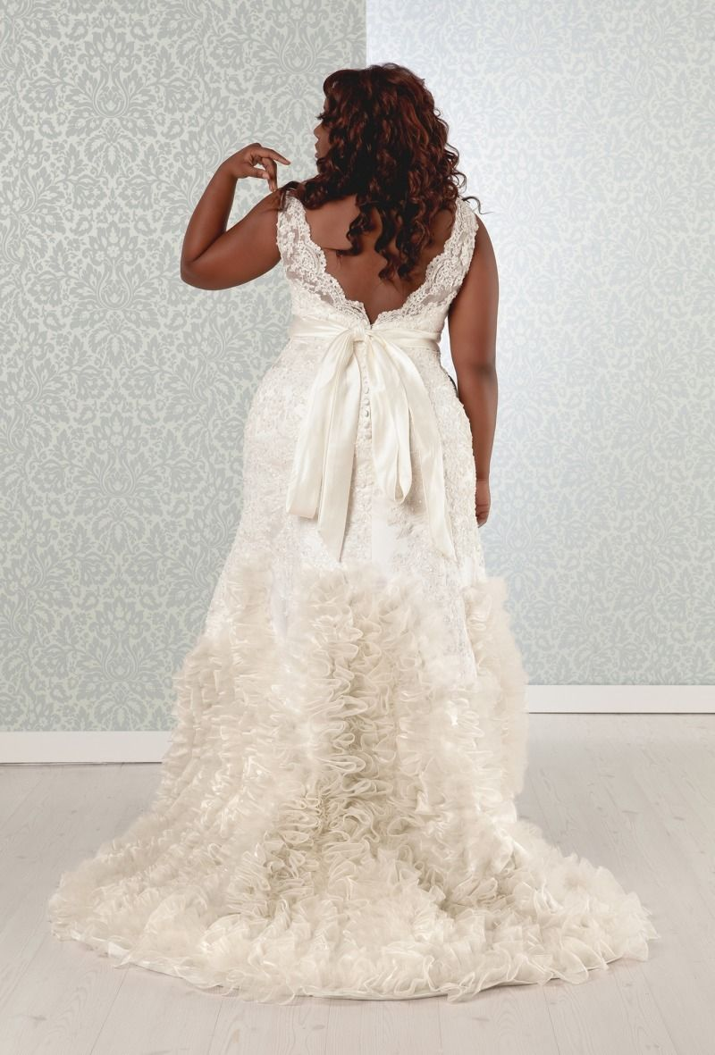 Marva Wedding Dress: Luxurious Lace & Form Fitting Gown | Real Size ...