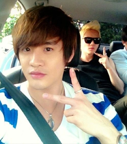 Jyj S Junsu And His Twin Brother Junho Snap A Photo Together Jyj Twin Brothers Korean Celebrities