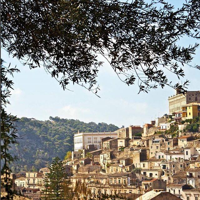 Honeymoon | Com o seu centro medieval com construções empilhadas umas em cima das outras e uma espetacular catedral barroca, Modica é uma das cidades mais genuínas do sul da Sicília. Os  tesouros arquitetônicos estão espalhados ao redor da cidade que teve seu apogeu no séculoXIV  quando era uma das mais poderosas cidades em Sicília como feudo da família Chiaramonte. #icasei #wedding #casamento #luademel #honeymoon #destinationwedding#modica#sicily#sicilia