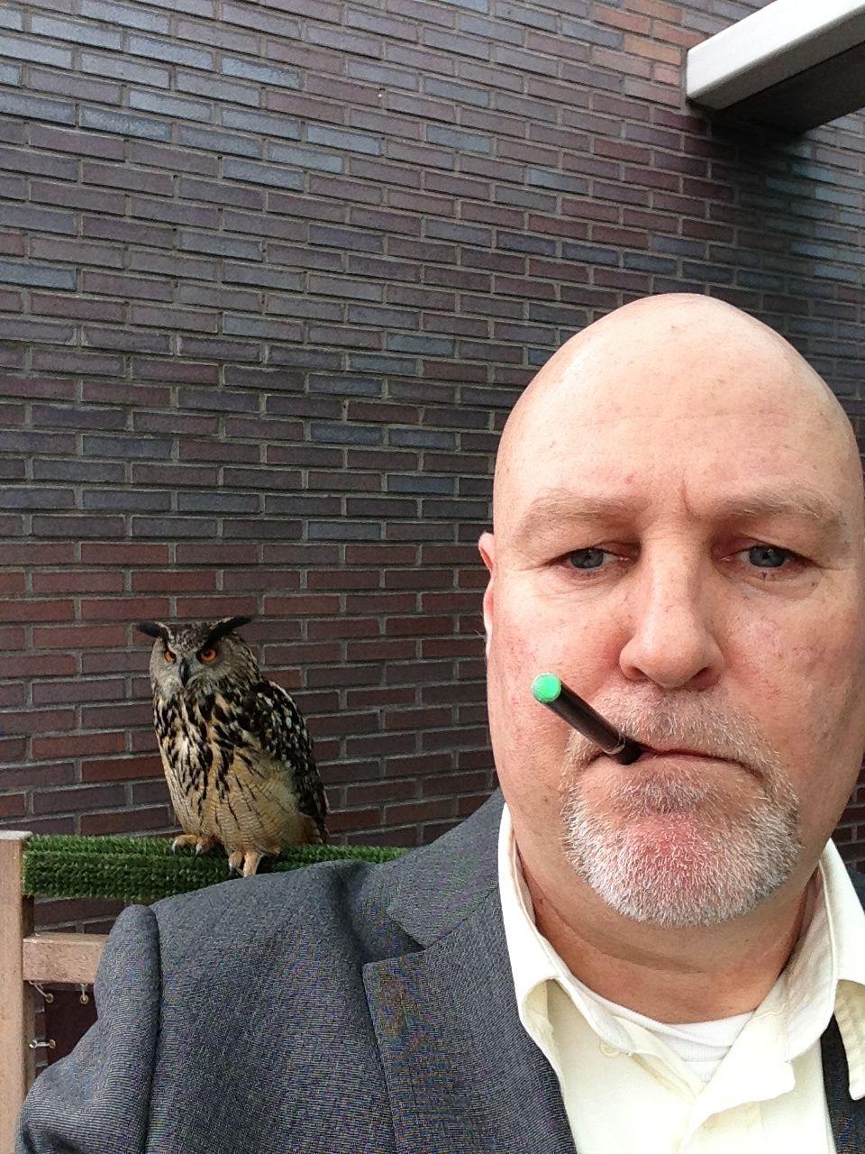 Zelfs roofvogels met hun scherpe zintuigen ondervinden geen enkele hinder van een roker van een elektronische sigaret