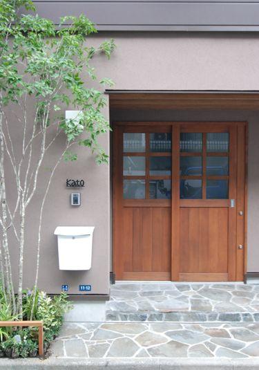 防火地域にある住まいの玄関 玄関ドアは延焼ラインを避け木製として
