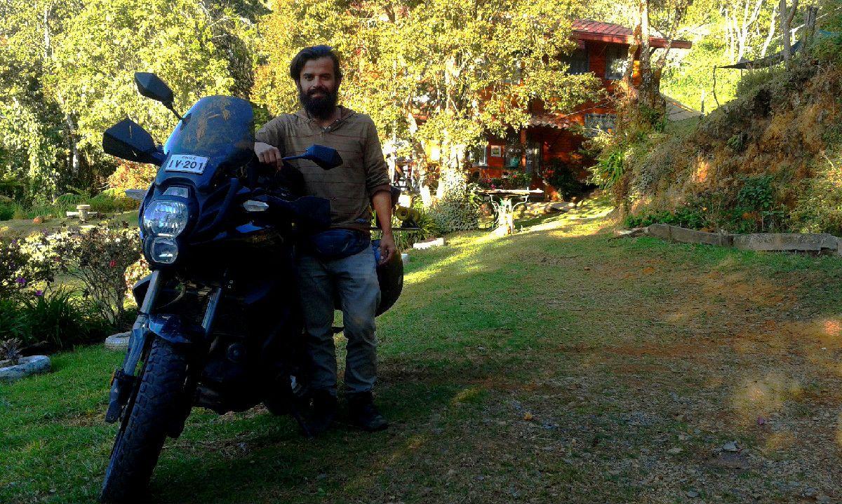 Alejandro Caputo desde Chile con su Kawasaki Versys recorriendo suramérica de paso el Hostal Rancho Rueda Libre en Santa Elena, Medellin. Eso si es saber vivir la vida, exitos siempre amigo!