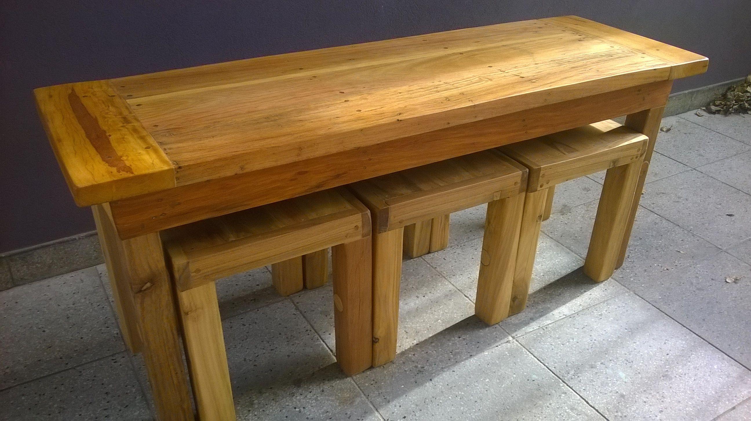 Mesa ratona 3 banquetas de madera dura de quebracho for Banquetas de madera
