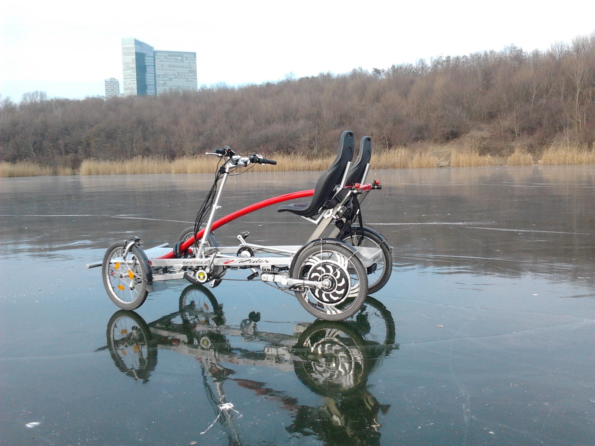 "Bestens geeignet für den Winter, der ""-Rider am Eis! Hier am Wienerbergteich in Wien - ""-Rider 4-wheel bike riding on ice - easy cheesy!"
