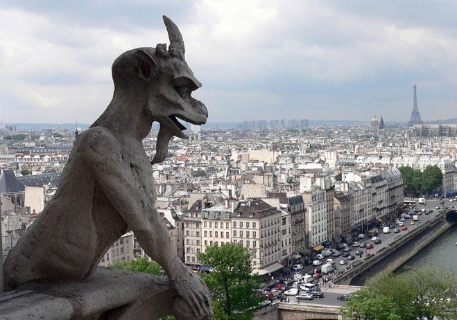 Gargola. Notre Dame  En los tejados y botareles suelen estar gargolas para expeler el agua sin que resbale por los muros.