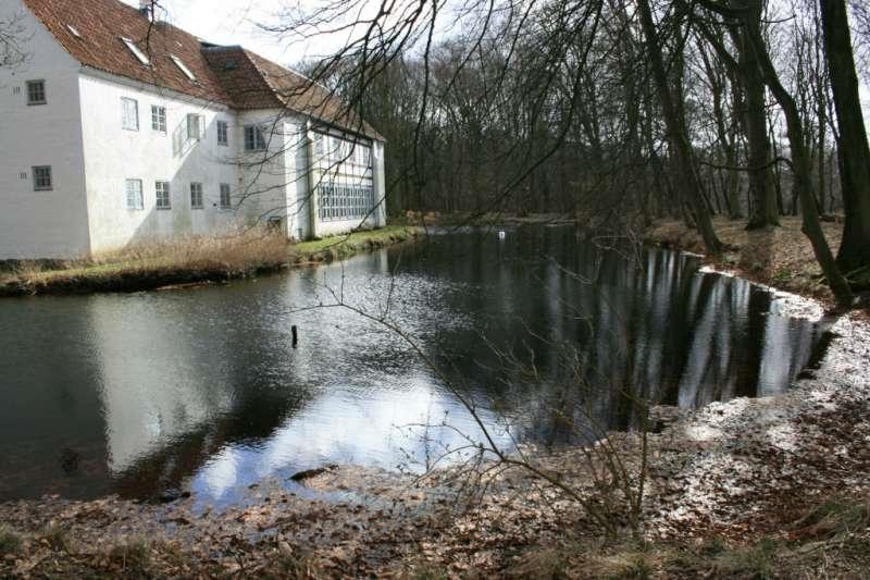 Brejninggård, tidligere hovedgård, siden 1942 efterskole ved Spjald øst for  Ringkøbing.