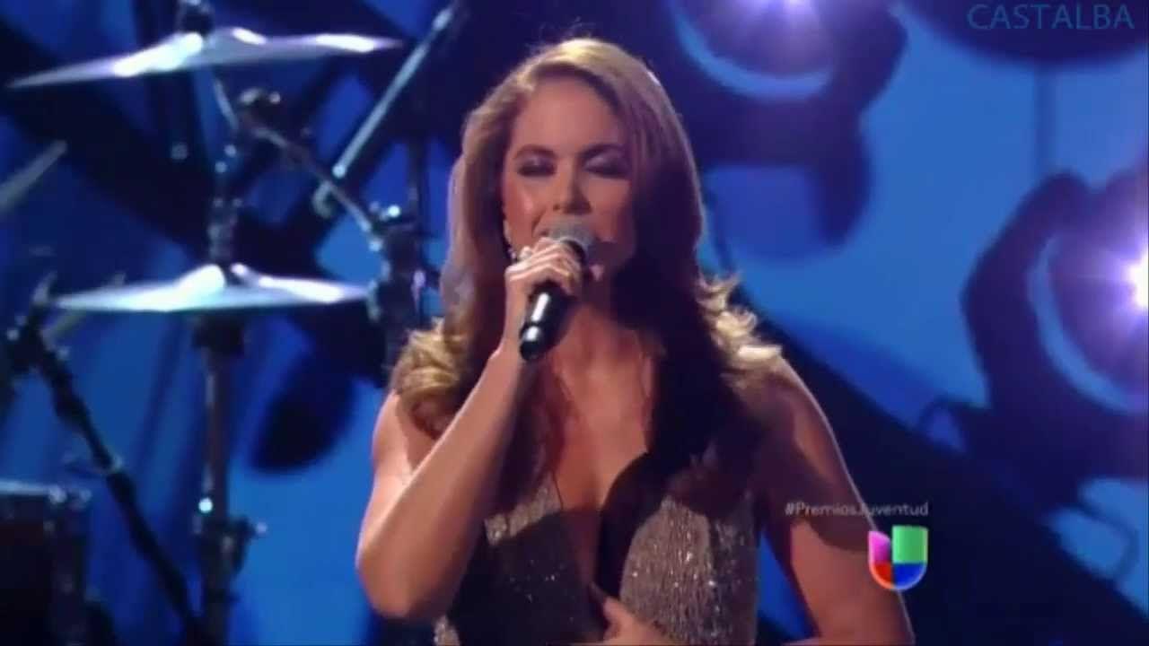 Lucero cantando por primera vez su nuevo single, No Pudiste Amar Así en Premios Juventud, realizado en el Mes de Julio 2013