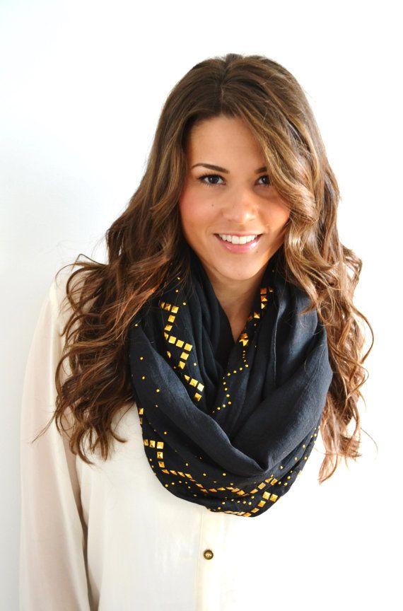 NEGRO & oro infinito tachonado lazo moda círculo por AnytimeScarf, $25.00