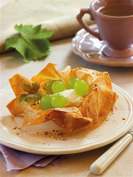 Tulipa de pasta filo con crema de queso y uvas  Queso y uva, una combinación perfecta: el gusto fuerte del queso se suaviza con el gusto dul...