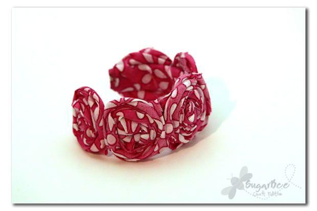 Si ya te gustó hacer las rosas de tela, hoy puedes aprender cómo hacer una pulsera o brazalete con ellas en sólo minutos!