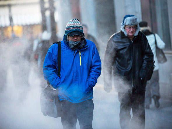 Homens agasalhados enfrentam o frio nas ruas de Chicago, em Illinois, EUA, em 07.01.2014