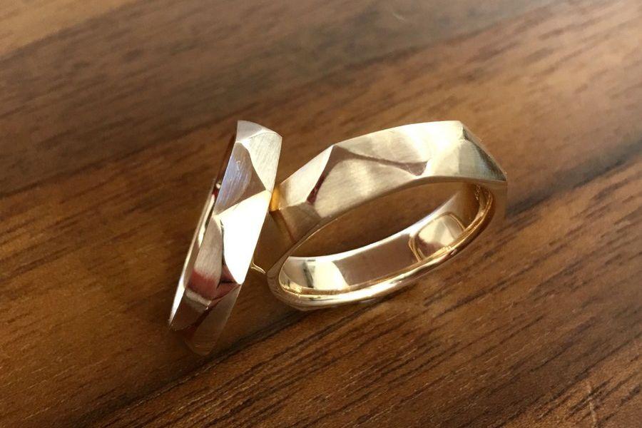 Moderne Trauringe in Gold im Zickzack Design von der Goldschmiede